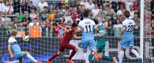 روما يهزم لاتسيو في مباراة مثيرة ويصعد لدوري أبطال أوروبا