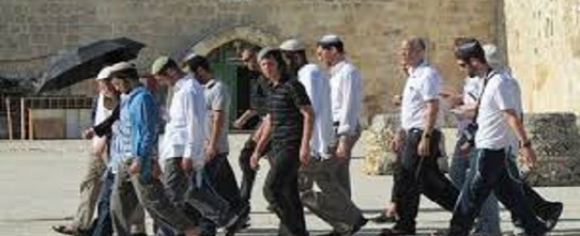 طلبة المستوطنات الإسرائيلية يقتحمون الأقصى وسط دعوات باقتحامات واسعة غدا