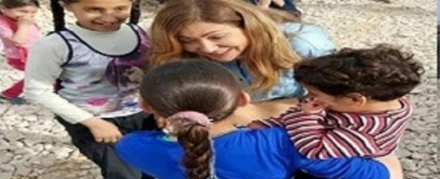 ليلى علوي تزور مخيمات اللاجئين السوريين ببيروت