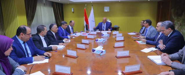 وزير النقل يجتمع برئيس وقيادات هيئة الطرق والكبارى لمتابعة معدلات التطوير