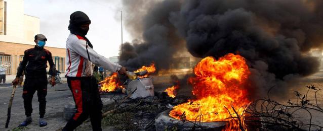 بالصور .. العراقيون يحتشدون ضد التدخل الإيراني .. ويحرقون القنصلية للمرة الثانية