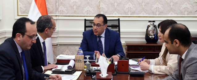 رئيس الوزراء يتابع مع وزير الاتصالات موقف رقمنة منظومة التأمين الصحى