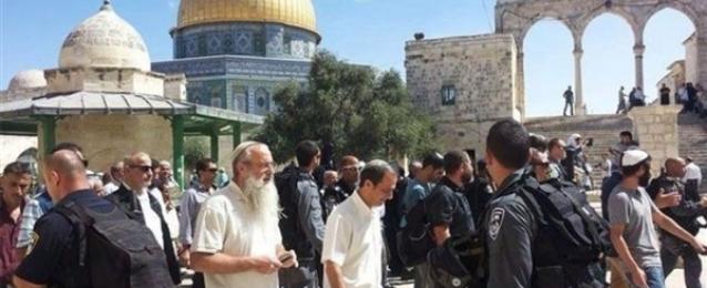 عشرات المستوطنين يقتحمون ساحات المسجد الأقصى بحماية شرطة الاحتلال