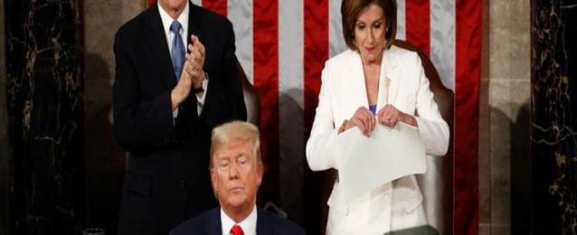 بيلوسي تمزق خطاب ترامب ردًا على عدم مصافحتها بجلسة خطاب حالة الاتحاد