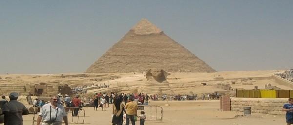 وفد الكونجرس الأمريكي يزور الأهرامات ومتحف مركب خوفو فور وصوله القاهرة